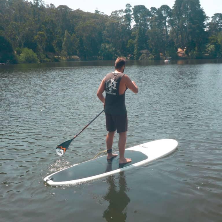 "Paddleboarden (naja, proberen dan, ik heb de officiele titel ""worst paddleboarder in Aus"" op werk)"